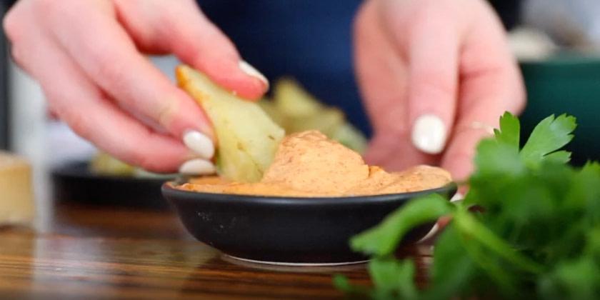 Parmesan-Trüffel Kartoffel Ecken mit Chipotle Mayo Dip