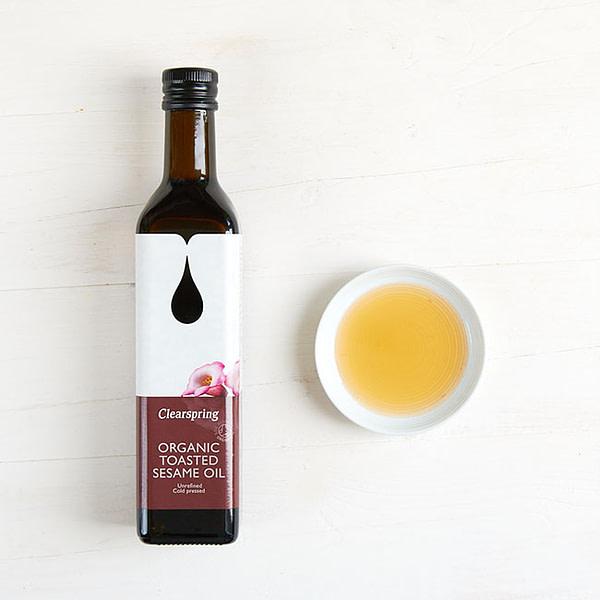 Vielseitig einsetzbares, kaltgepresstes und geröstetes Sesamöl in BIO Qualität.