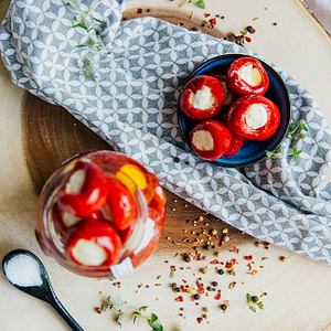 Kirschpaprika gefüllt mit Hummus in Öl