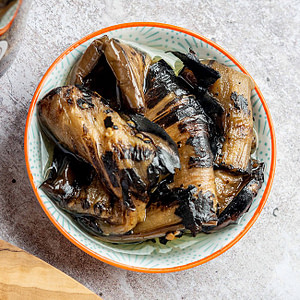 Geröstete Auberginen-Streifen in Öl, ein ideales Antipasti aus Nordmazedonien.